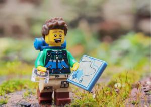Lego-Wanderer mit Karte sucht den Weg